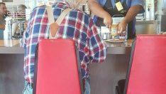 Bu kadın, yaşlı bir adamın arkasına gizlice fotoğraf çekiyor: Bu garsonun yemeğiyle ne yaptığını anlatıyor.
