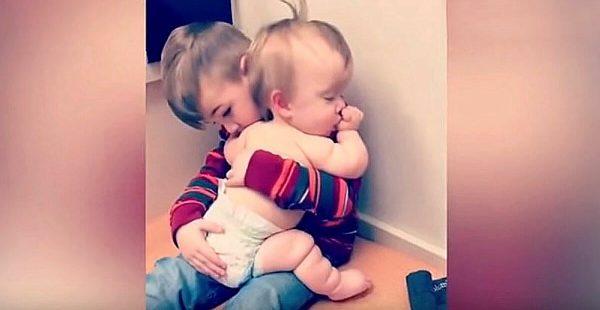 Hasta Kız Kardeşini Sakinleştiren Abinin Videosu Görenleri Duygulandırdı