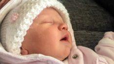 Araç Seyahatinin Ardından 3 Haftalık Bebeğini Bilinçsiz Halde Buldu – Şimdi Bütün Ebeveynleri Uyarıyor