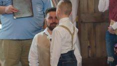 Düğünde Üvey Oğlunun Önünde Diz Çöktü – Söyledikleri Davetlileri Ağlattı