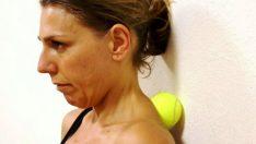 Kadın, Tenis Topunu Ensesine Doğru Bastırdı. 6 Dakika Sonra Ağrısı Sızısı Kalmadı! İzleyin-Fikir Edinin veya Hemen Deneyin!!!