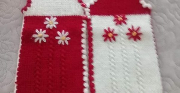 Çiçek Süslemeli 3 Düz 1 Büz Örneğinde Çocuk Yeleği Tarifi