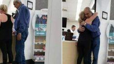 Yaşlı Adam Parası Yetmediği İçin İlaçlarını Alamadı, Sırada Bekleyin Kadının Yaptığı Duygulandırdı